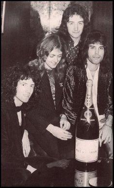 Queen celebrating the success of 'Killer Queen' at EMI in Queen Photos, Queen Pictures, Rare Pictures, John Deacon, Heavy Metal, Queen Brian May, Roger Taylor Queen, Queen Freddie Mercury, Best Novels