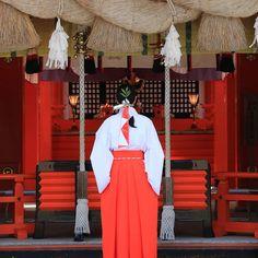 Miko (shinto priestess). I don't believe in any God but I easily could pray a kami.  Miko (prêtresse shinto). Je suis ultra cartésien et je ne crois pas en un Dieu unique mais je pense que je pourrai facilement m'affilier sous la bannière d'un Kami. Pas de jaloux avec le polythéisme chacun trouve la divinité qui lui convient. Et on a le droit de changer d'avis et de dieu protecteur j'aime bien cette idée de liberté !  #japon #japan #travelblog #wakayama #visitwakayama #kumanokodo #kumano… Believe, Wakayama, Pray, Unique, Instagram, God, Law, Faith