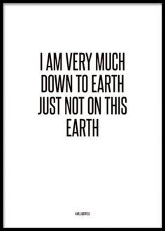 Svartvit texttavla med citat från Karl Lagerfeld