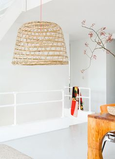 DIY: basket becomes pendant light shade Bamboo Light, Bamboo Lamp, Diy Luz, Diy Luminaire, Luminaire Design, Basket Lighting, Diy Pendant Light, Pendant Lamp, Ideias Diy