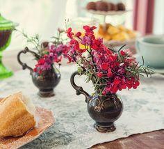 Alguns ramos de ervas, flores colhidas na hora, vasos improvisados com jarrinhas e pronto: eis arranjos mimosos para colorir e perfumar a casa