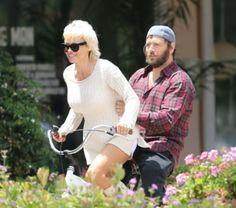 Pamela Anderson gives husband Rick Solomon a ride on the back of her bike in Malibu. Celebrity Fitness, Celebrity Workout, Celebs, Celebrities, Solomon, Stay Fit, In Hollywood, Husband, Bike