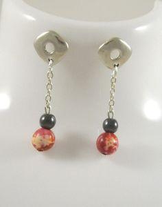 Boucles d'oreilles pendantes, carrées, chainette, jaspe rouge et hématite : Boucles d'oreille par long-nathalie