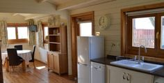 Tiny House Cabin, Cabin Homes, Log Cabin Holidays, Little Cabin, Mobile Home, Lodges, Kitchen Cabinets, Architecture, Storage