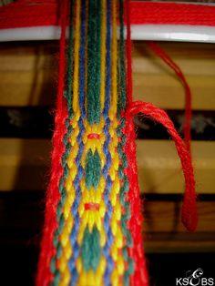 Latvisk blomsterband – Vevstua Bull-Sveen Inkle Weaving, Inkle Loom, Card Weaving, Weaving Art, Tablet Weaving Patterns, Loom Patterns, Contemporary Decorative Art, Flower Belt, Fiber Art