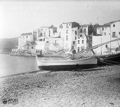 Barques a la platja de Cadaqués, 1918. Autor: Antoni Bartomeus i Casanovas (AFCEC_BARTOMEUS_B_00680)