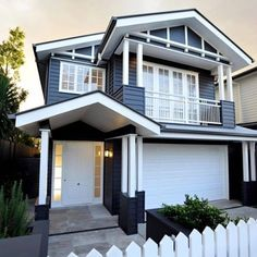 How gorgeous is this house! Definitely a house that will stop traffic💙 it's the perfect Australian version of a Hamptons house👌👏. Exterior Color Schemes, Exterior House Colors, Exterior Design, Hamptons Style Homes, The Hamptons, Hamptons Decor, Big Houses, White Houses, Style At Home