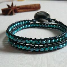 Cadeau-bracelet wrap cuir bleu marine  , perles métal mat et verre bleu .