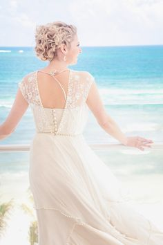For those of you currently spending your cold winter days dreaming of a sun-filled Mexican vaca (read: all of you), this darling day captured byM&J Photographyis for you. An oceanside affair with those stunning crystal blue waters as an amazing backdrop, it's