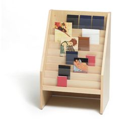 Siempre resistente y acogedora, la madera confiere al expositor de novedades un clásico aire familiar y hogareño. La unión entre tecnología y artesanía, do