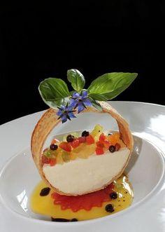 TOMATES - MOZZARELLA EN FEUILLETE Appetizer Recipes, Snack Recipes, Dessert Recipes, Cooking Recipes, Snacks, Tomate Mozzarella, Fancy Desserts, Food Decoration, Creative Food