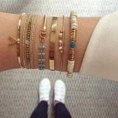 Summer is coming! Diy Bracelet Designs, Diy Bracelets Patterns, Bracelet Crafts, Handmade Bracelets, Earrings Handmade, Dainty Jewelry, Cute Jewelry, Beaded Jewelry, Beaded Bracelets