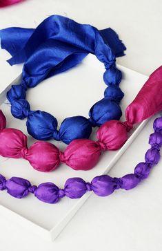 Con i ritagli di stoffa si possono creare bijoux originali e alla moda. Ecco delle collane originali realizzate con strisce di tessuto colorato!
