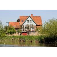 9850_2505 Wohnhaus zwischen Bäumen am Ufer der Este. | Stadtteil Hamburg Cranz - Bezirk Hamburg Harburg - Lauf der Este im Alten Land