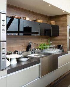 WEBSTA @ designdecor - Cozinha super equipada com volume da cuba em inox destacado! A parede ao fundo com textura de madeira e as portas em vidro preto ficaram super modernas! Amei ❤️ #cozinhadesigndecor #olioliteam