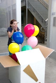 DIY Balloon Surprise Box - Can be done with regular non-helium balloons and filled with money and small gifts. Send care package in mail. Everyone loves a big box of surprises :) Birthday Fun, Birthday Gifts, Birthday Ideas, Surprise Birthday, Birthday Balloons, Birthday Morning, Diy Ballon, Diy Cadeau Noel, Mail Gifts