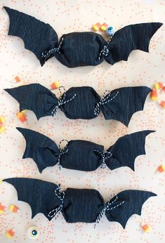 Paper Bat Favors DIY - -Crepe Paper Bat Favors DIY - - Simple and easy Halloween treat toppers {Click image for link to video tutorial} Spooky Halloween, Diy Halloween Decorations, Holidays Halloween, Halloween Crafts, Halloween Party Favors, Batman Party Decorations, Paper Halloween, Homemade Halloween, Halloween Parties