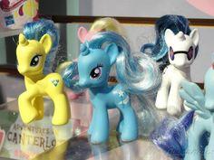 Risultato della ricerca immagini di Google per http://ponyvillegazette.com/files/2012/02/my_little_pony_toy_the_great_and_powerful_trixie_toy_fair_2012.jpg