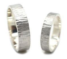 Stoere handgemaakte en fairtrade gehamerde zilveren trouwringen