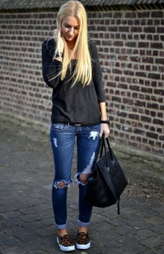 Slip on sneakers outfit – Lady Dress Designs Look Fashion, Autumn Fashion, Womens Fashion, Jeans And Sneakers Outfit, Outfit Jeans, Distressed Jeans Outfit, Sneakers Fashion Outfits, Shoes With Jeans, Blue Jeans