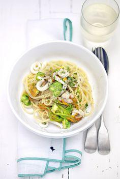 spaghetti aglio, olio e peperoncino con calamari e fiori di zucca  www.pane-burro.blogspot.it