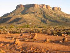 The Kamdeboo mountain in the Aberdeen district, South Africa -- ek's lief vir die Karoo! Paises Da Africa, Out Of Africa, South African Holidays, Provinces Of South Africa, South Afrika, Africa Travel, Live, Places To See, Tourism