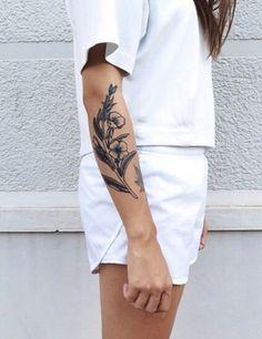 Un tatouage romantique sur le bras #tattoo #fleurs #tatouages #monvanityideal #bras