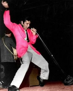Elvis Presley at the Schofield Barracks, Pearl Harbor, Hawaii - November This was Elvis' last live performance before he entered the army. Musica Elvis Presley, Elvis Presley Photos, Rock And Roll, Graceland, Lisa Marie Presley, Priscilla Presley, Pearl Harbor, Rockabilly, Hard Rock