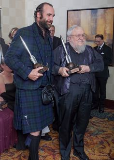 Rory & GRRM with their respective HUGO Awards 2013 in San Antonio, Texas, USA Found on : http://ohnotheydidnt.livejournal.com/81553613.html