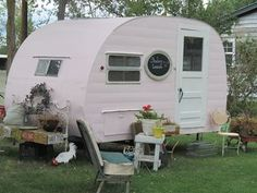 Pink Camper Trailer [http://vintagebliss.typepad.com/vintagebliss/2012/08/soul-therapy-in-a-small-town.html#]