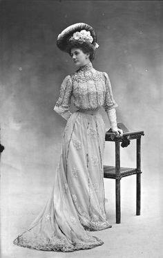 Mlle Odette de la Maison Paquin, 1901. Nadar...I wonder how they kept the hat on their head