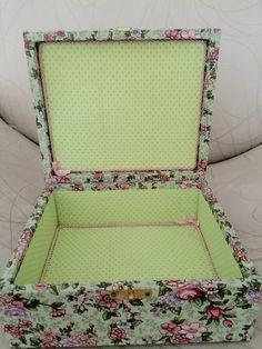 Detalhe interno caixa mdf revestida de tecido floral e poá.