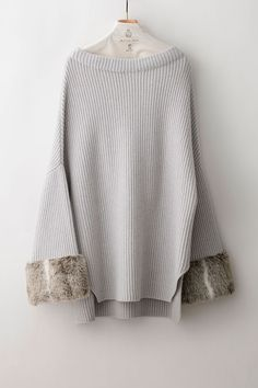 ADWS-601-19_cloud RELAX KNIT Quality: 90%Wool, 10%Cashmere, Fake Fur: 85%Acrylic, 15%Polyester Color: Ecru, Cloud, Charcoal Sizes: 38 / 40 ¥36,000+Tax たっぷりとした袖口のBOTTLEネックプルオーバー。 袖口のフェイクファー使いがポイント。