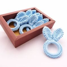 Easter Crochet - Step by step and creative inspirations to decorate Crochet Hair Clips, Crochet Bib, Easter Crochet, Crochet Bunny, Basic Crochet Stitches, Crochet Hair Styles, Crochet Home, Crochet Crafts, Easter Toys