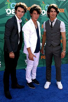 (L-R) Singers Kevin, Nick, and Joe Jonas of The Jonas Brothers arrive at the 2008 Teen Choice Awards at Gibson Amphitheater on August 3, 2008 in Los Angeles, California.