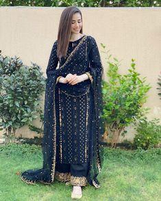 Pakistani Party Wear Dresses, Simple Pakistani Dresses, Party Wear Lehenga, Indian Gowns Dresses, Pakistani Dress Design, Pakistani Outfits, Indian Outfits, Bridal Dresses