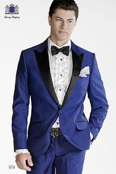 Traje de moda italiano a medida azulon en tejido New Performance, con solapa en punta moda raso negro, 1 botón de fantasía, modelo 974 Ottavio Nuccio Gala, 2015 Coleccion Emotion.