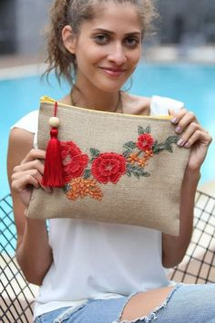 Am uitat safsv si geanta mica! Use clutch idea, but with different stitched design - -gabi. This Pin was discovered by Gou Embroidery Bags, Embroidery Stitches, Embroidery Patterns, Sewing Patterns, Potli Bags, Jute Bags, Fabric Bags, Handmade Bags, Clutch Bag