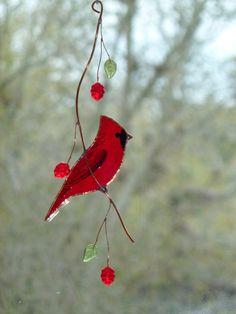 Cardinal en elle-même est denviron 4 pouces de long et 1,5 pouces de large ; Avec les branches et perles, ses environ 8,5 pouces de long et 3 pouces de large.  Il est livré avec une ventouse suspendus.
