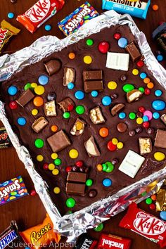 These Halloween Candy Fudge Brownies are a fun and delicious treat to make when you have leftover Halloween candy sitting around. Cosmic Brownies, Fudge Brownies, Brownie Cake, Cheesecake Brownies, Chocolate Chip Recipes, Brownie Recipes, Chocolate Desserts, Mint Chocolate, Chocolate Chips