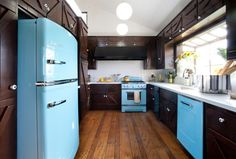 Timeless kitchen design trends to avoid! Eclectic Kitchen, Rustic Kitchen, Vintage Kitchen, Kitchen Decor, Kitchen Black, Aqua Kitchen, Turquoise Kitchen, Vintage Pyrex, Kitchen Cabinet Colors