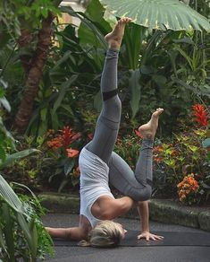 Yoga poses offer numerous benefits to anyone who performs them. There are basic yoga poses and more advanced yoga poses. Here are four advanced yoga poses to get you moving. Yoga Inversions, Yoga Sequences, Handstands, Basic Yoga Poses, Yoga Poses For Beginners, Sport Chic, Yoga Inspiration, Cardio, Yoga Progress