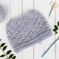 Let those messy buns and ponytails shine with this Seashore messy bun hat crochet pattern that will allow you to rock an up-do while staying warm. Free Crochet Doily Patterns, Easy Crochet Stitches, Crochet Poncho Patterns, Hat Patterns, Crochet Shawl, Crochet Triangle Scarf, Messy Bun, Frozen Crochet, Crochet Baby