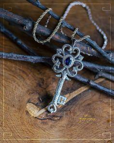 Подвеска - ключик с сапфиром и бриллиантами от  #Giancarlogioielli прекрасно дополнит как и повседневный наряд так и изысканное вечернее платье!  Металл: белое и желтое золото вес - 16. 2 грамм проба 750. Вставка: Бриллианты вес- 1.47 количество - 234 Сапфир вес  1 12 карат количество  1 #jewellery #giancarlogioielli #gold #pendant #necklace #diamond #sapphire #beauty #women #vscogood #vscobaku #vscocam #vscobaku #vscoazerbaijan #instadaily #bakupeople #bakulife #instabaku #instaaz…