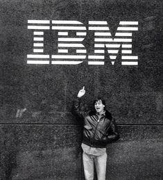 Steve Jobs haciendo una señal ofensiva con el dedo a IBM