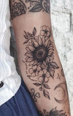 With their distinctive and brilliant appearance and with their rich symbolism, it's easy to see why sunflower tattoos are a popular subject among tattoo artists and ink enthusiasts. From geometric designs to watercolor ink pieces, we've compiled a gallery with jaw-dropping sunflower tattoos you'll absolutely love. Tattoos Masculinas, Elbow Tattoos, Circle Tattoos, Forearm Tattoos, Cute Tattoos, Beautiful Tattoos, Body Art Tattoos, Small Tattoos, Tattoos For Guys