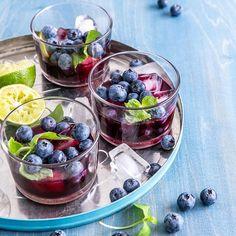Perjantain drinkkivinkki: Mustikkasangria! 🍹💙 Lasit täyteen jäitä, mustikkaa ja minttua! Päälle loraus mustikkasangriaa ja viileähkö kesäilta tuntuu jo paljon lämpimämmältä 🌞 #mustikkasangria #sangria #mustikka #gin #lime #mustikkamehu Sangria, Coffee Drinks, Fruit Salad, Gin, Acai Bowl, Cocktails, Breakfast, Food, Party