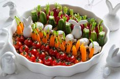 Easter vegetable garden: hummus and vegetables to eat as an aperitif) Easter Recipes, My Favorite Food, Vegetable Garden, I Foods, Entrees, Sushi, Brunch, Food And Drink, Appetizers