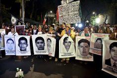 Padres de los normalistas desaparecidos marchan en Nochevieja