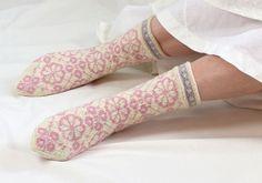 Osallistu Roosa nauha -kampanjaan neulomalla sukat. Jokaisesta myydystä Roosa nauha -sukkalankakerästä lahjoitetaan 80 senttiä Syöpäsäätiölle...